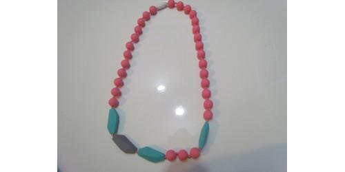 Collier porté par maman pour dentition de bébé- turquoise et rose