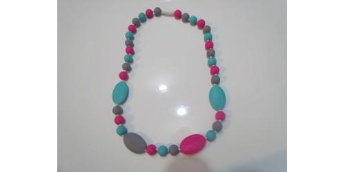 Collier porté par maman pour dentition de bébé- turquoise, rose et gris